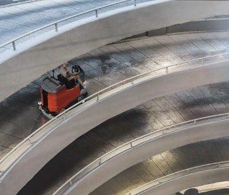 fregadora de conductor sentado