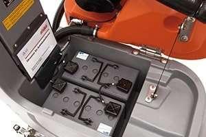 fregadoras-industriales-conductor-acompañante-bateria-min
